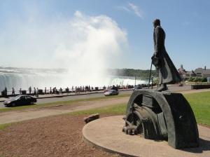 Estatua de Tesla en las cataratas del Niágara (Sus motores fueron los utilizados para producir energía)