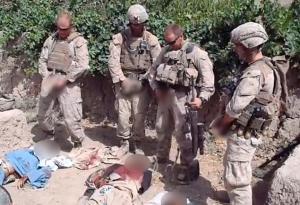 Soldados estadounienses orinando sobre talibanes