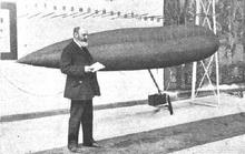 Torres Quevedo con uno de sus modelos de dirigible