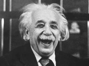 Einstein riéndose