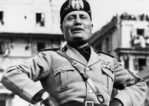 Mussolini riendo