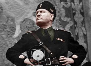 Mussolini posando